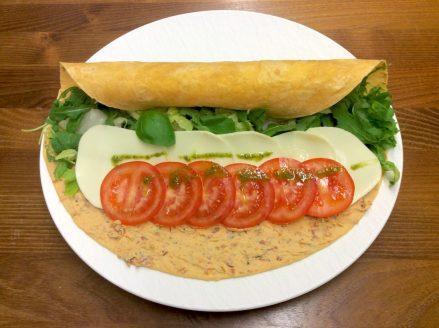 Vegetarischer, leckerer Wrap mit Tomate-Mozzarella. Jetzt einfach online bestellen. Gourmetkultur Breuer liefert gesundes Mittagessen in ganz München.