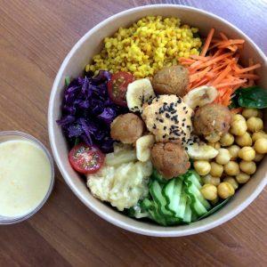 Gesunde orientalische Bowl mit Falafel, Kichererbsen und Humus. Komplett vegan, glutenfrei, laktosefrei und ohne Nüsse. Jetzt einfach online bestellen. Gourmetkultur Breuer liefert gesundes Mittagessen in ganz München.