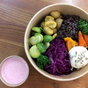 Herbstliche vegetarische Bowl mit Kürbis, Grünkohl und Linsen. Jetzt einfach online bestellen. Gourmetkultur Breuer liefert gesundes Mittagessen in ganz München.