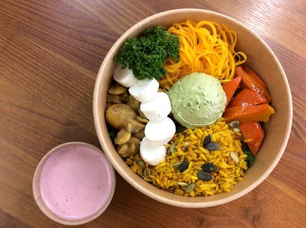 Gruselig leckere & gesunde Bowl zu Halloween. Jetzt einfach online bestellen. Gourmetkultur Breuer liefert gesundes Mittagessen in ganz München.