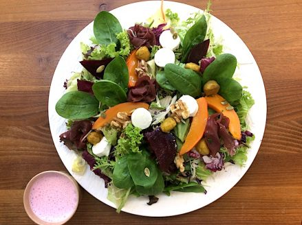 Leckere Salatbowl mit Kürbis, rote Beete, Ziegenkäse und zartem Hirschschinken. Jetzt einfach online bestellen. Gourmetkultur Breuer liefert gesundes Mittagessen in ganz München.